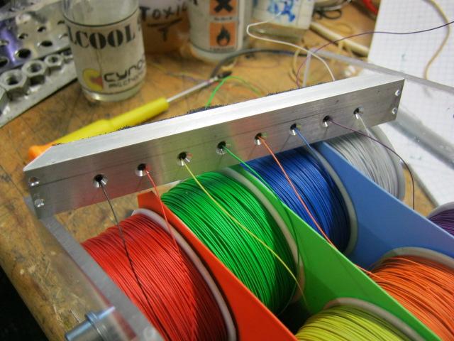 devidoir bobine fil electrique Puis je colle une mousse qui empêche les fils de glisser trop facilement.